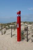 La parola inglese isolata SOS sul segno rosso chiamare sulla spiaggia Immagini Stock