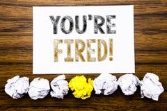 La parola, scrivente vi è infornata Concetto per i disoccupati o scarico scritto sul ricordo appiccicoso della carta per appunti, Immagine Stock