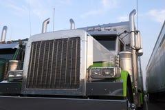 La parrilla grande del camión de la obra clásica del aparejo semi instala tubos el cromo de parachoques Fotos de archivo libres de regalías