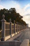 La parrilla majestuosa del jardín del verano en la opinión de St Petersburg del río Neva Fotos de archivo