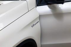 La parte anteriore del cuscino ammortizzatore di un'automobile bianca di un Business class rappresentativo della marca del coupé  fotografia stock