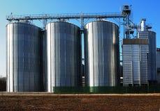 La parte anteriore del silos di grano con l'inverno ha arato il campo Immagini Stock Libere da Diritti