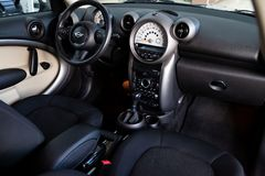 La parte anteriore dell'abitacolo dentro, sedili del passeggero del rilascio di Mini Cooper Countryman 2012 fotografie stock