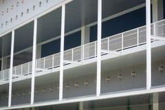 La parte anteriore della facciata è strutture d'acciaio Fotografia Stock