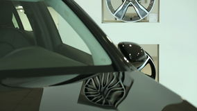 La parte anteriore di nuova automobile nera Il parabrezza di nuova automobile Vista di nuova automobile di fila alla nuova sala d video d archivio