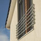 La parte anteriore moderna della casa con le finestre ed il balcone quadrano Immagine Stock