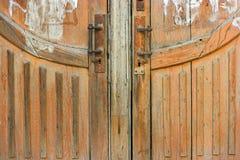 La parte baja de una madera marrón resistió a la puerta con dos Imágenes de archivo libres de regalías