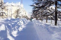 La parte central de la ciudad de Magadan en el Kolyma Edificio de Stalin fotografía de archivo