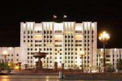 La parte centrale dell'edificio servizi con il illum di notte Fotografie Stock Libere da Diritti