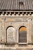 La parte de edificio residencial con los obturadores y la ventana de madera de las ventanas viejas se empareda para arriba, prime Imagenes de archivo