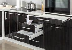 La parte de la cocina moderna con el horno eléctrico de la estufa detalla cajones Imágenes de archivo libres de regalías