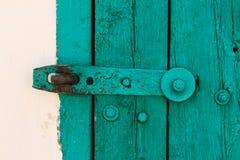 La parte de la puerta vieja del vintage de la aguamarina con la pintura y el perno de acero grande en las lanas blancas, textura, Imagen de archivo libre de regalías