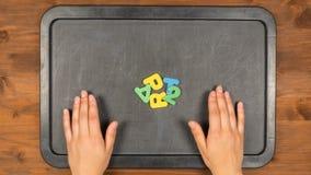 La parte de título dos para la animación del movimiento con las letras de la espuma almacen de metraje de vídeo