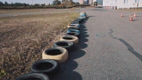 La parte de va pista del kart con los neumáticos a lo largo de lados almacen de video
