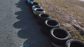La parte de va pista del kart con los neumáticos a lo largo de lados almacen de metraje de vídeo