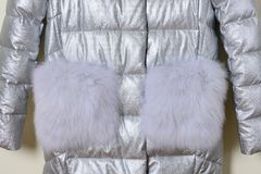 La parte del rivestimento argenteo con il collare della pelliccia e la pelliccia intasca, primo piano Fotografie Stock Libere da Diritti