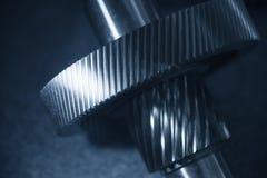 La parte dell'ingranaggio del metallo sull'asse del metallo Fotografie Stock Libere da Diritti