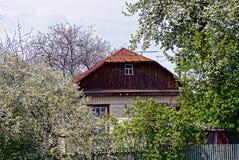 La parte della casa in un giardino fiorito Fotografie Stock