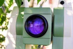La parte della luce laser obiettiva degli strumenti totali della stazione è emitt Fotografia Stock Libera da Diritti