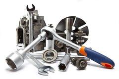La parte della pompa ad alta pressione dell'automobile e dello strumento per la riparazione su fondo bianco Fotografia Stock