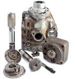 La parte della pompa ad alta pressione dell'automobile e dello strumento per la riparazione su un fondo bianco Immagini Stock