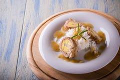 La parte di polpettoni ha riempito dalle uova e dal riso sul piatto bianco e sul bordo di legno Fotografia Stock Libera da Diritti