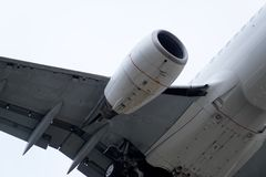La parte di sotto di un aeroplano moderno Fotografia Stock