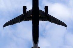 La parte di sotto di un aeroplano moderno Fotografie Stock