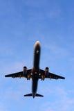 La parte di sotto di un aeroplano moderno Fotografie Stock Libere da Diritti