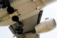 La parte di sotto di un aeroplano moderno Immagini Stock