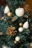 La parte di un albero del nuovo anno decorato con i giocattoli fotografia stock libera da diritti
