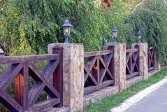 La parte di un recinto con le lanterne in betulla verde si ramifica Fotografie Stock Libere da Diritti