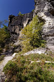 La parte di una parete alta si è formata dalle formazioni rocciose Fotografia Stock