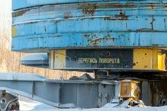 La parte inferiore della gru a torre con un'iscrizione d'avvertimento immagine stock libera da diritti