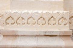 La parte más inferior de la columna vieja con bajorrelieves Imagen de archivo