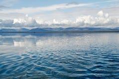 Lama del lago con una cadena de montañas. Fotografía de archivo libre de regalías