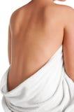 La parte posterior de la mujer en una toalla Fotos de archivo libres de regalías