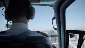 La parte posterior del piloto en un helicóptero almacen de metraje de vídeo