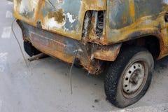 La parte posteriore della vettura compact bruciata Immagine Stock Libera da Diritti
