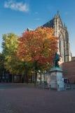 La parte posteriore di Dom Church con nella parte anteriore una statua di Jan van Nas Fotografia Stock Libera da Diritti