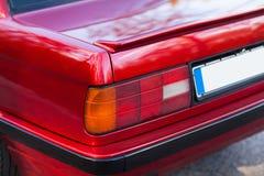La parte posteriore di retro automobile rossa con una piccola ala fotografia stock libera da diritti