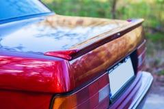 La parte posteriore di retro automobile rossa con una piccola ala fotografie stock libere da diritti