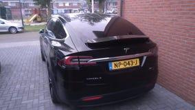 La parte posteriore di un modello S 90D di Tesla immagini stock
