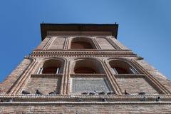 La parte superior de la fachada vieja del ladrillo del campanario con las palomas que se sientan Colina metropolitana, Bucarest,  imagen de archivo libre de regalías