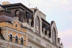 La parte superior de la fachada de una casa vieja Foto de archivo