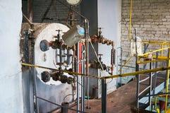 La parte superior del viejo cuarto de caldera de la caldera de vapor imágenes de archivo libres de regalías