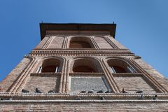 La parte superiore di vecchia facciata del mattone del campanile con i piccioni di seduta Collina metropolitana, Bucarest, Romani immagine stock libera da diritti