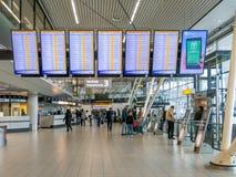 La partenza di volo si imbarca su Schiphol Amsterdam Airportl, Olanda Immagini Stock Libere da Diritti