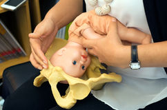La partera demuestra parto natural a una mujer embarazada Foto de archivo