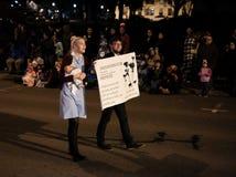 La partera y el compañero marchan en desfile del día de fiesta de Oregon Imágenes de archivo libres de regalías